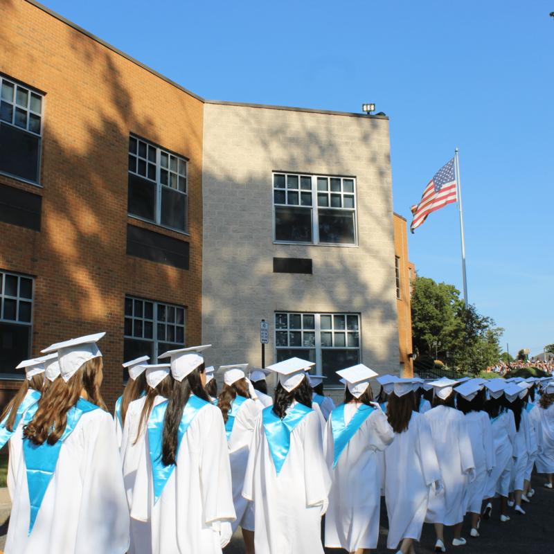 2021届太阳成官网毕业班141名学生! 特色的照片
