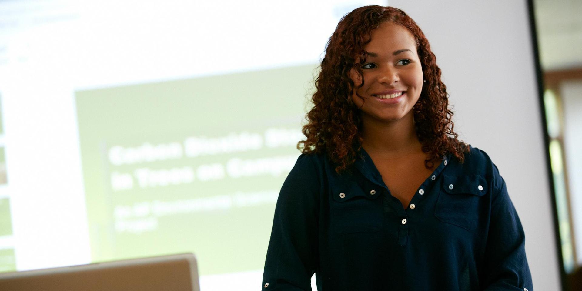 一个学生用投影仪展示她的激光雷达项目.