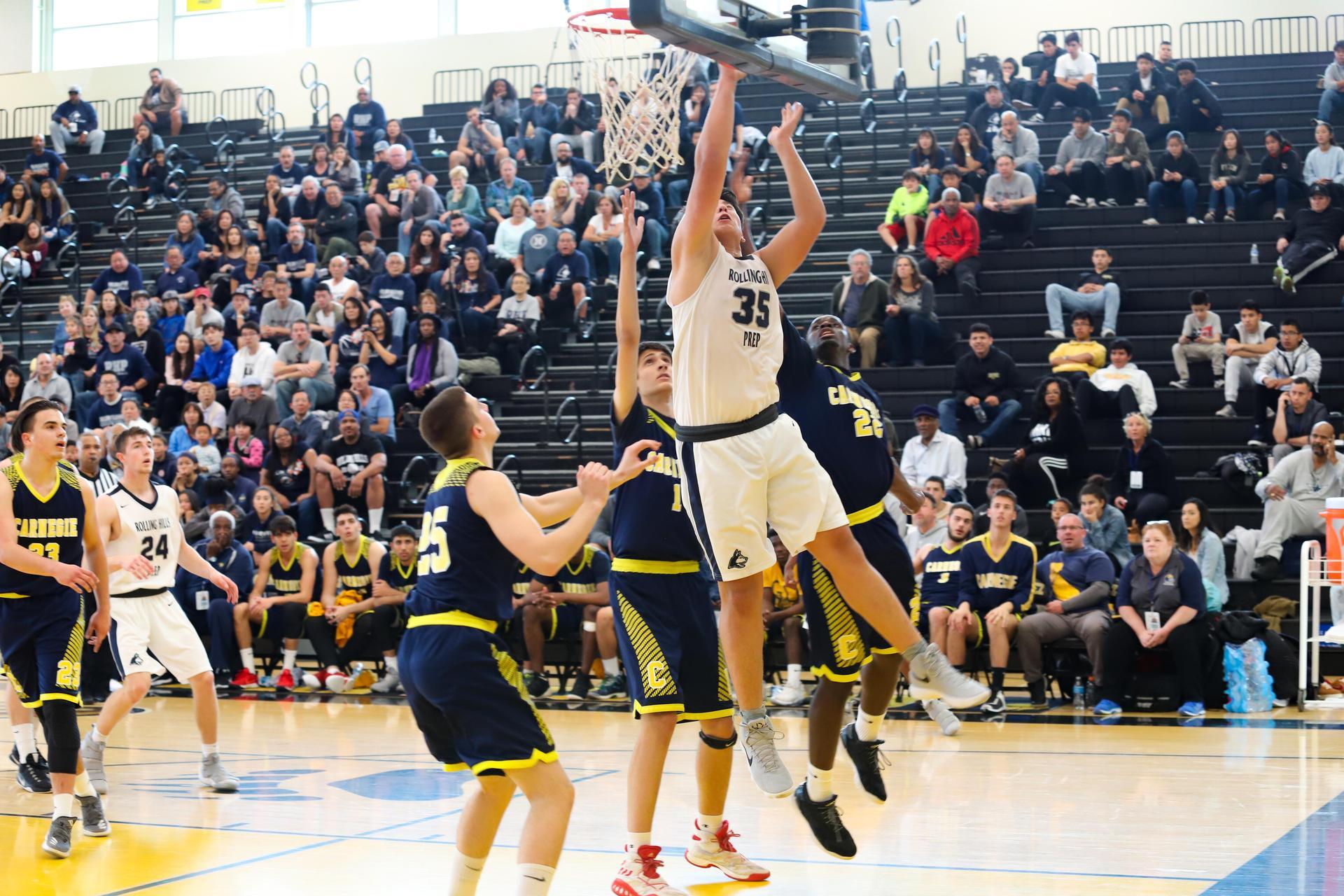大学男生的篮球