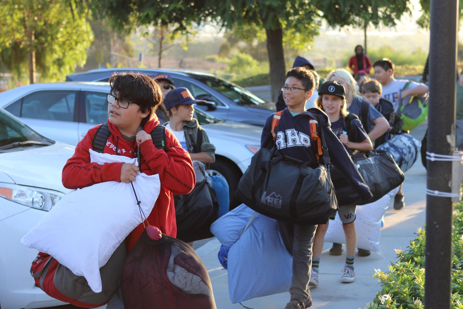 七年级的学生正在进行户外教育远足.