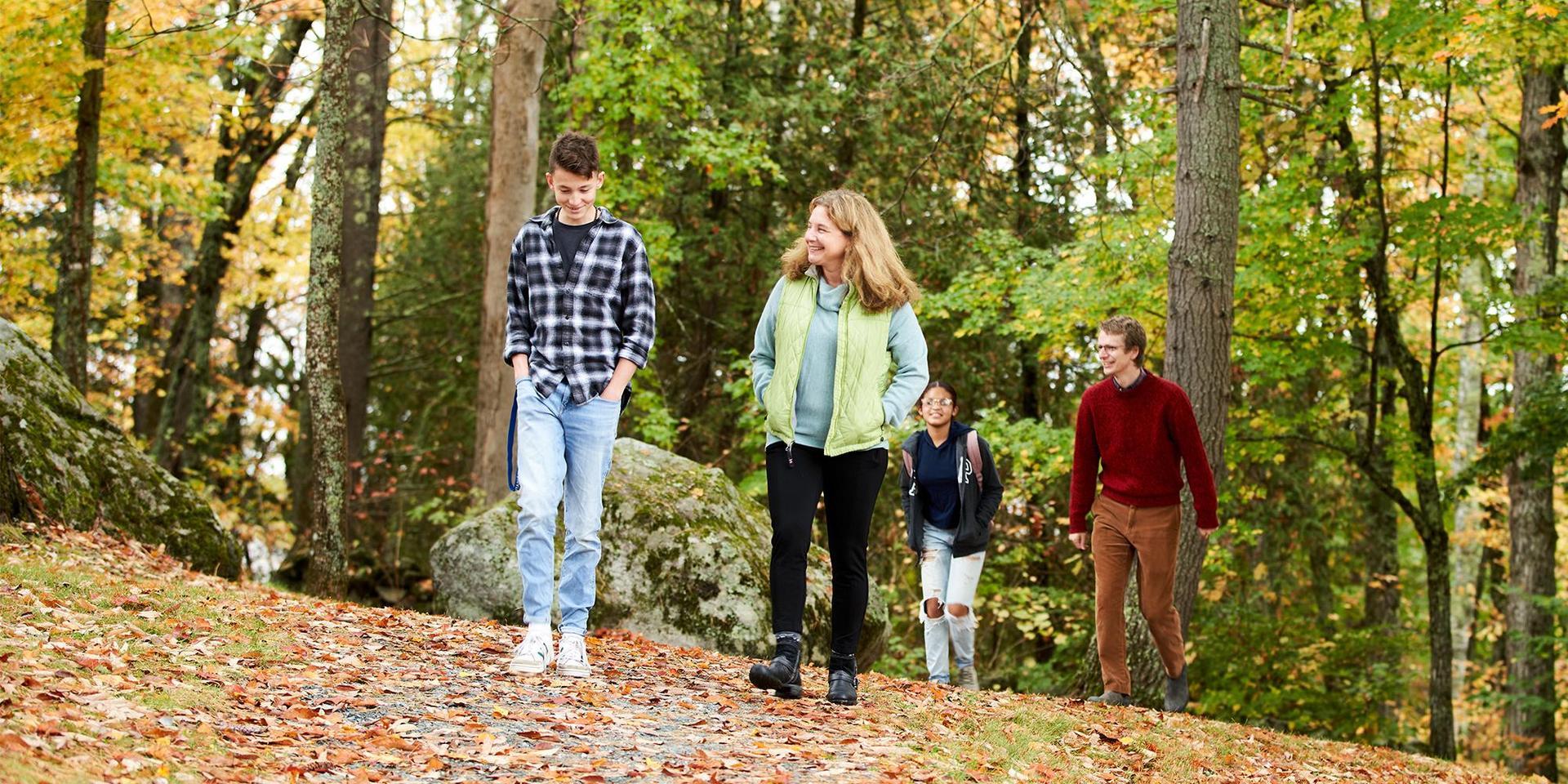 顾问和他们的顾问在校园的一条小径上散步.
