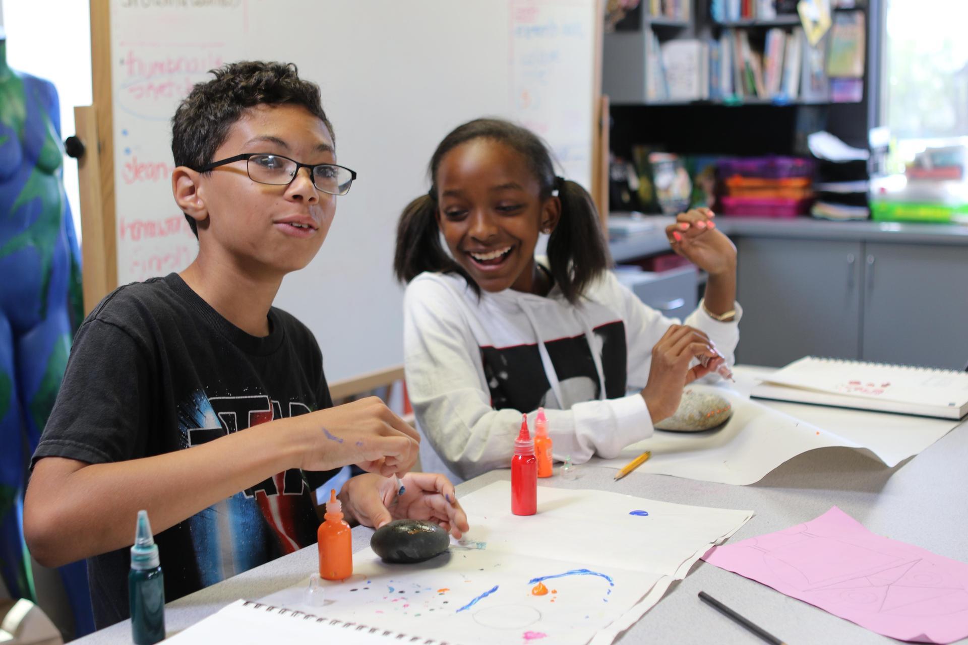 中学艺术学生在课堂上合作.