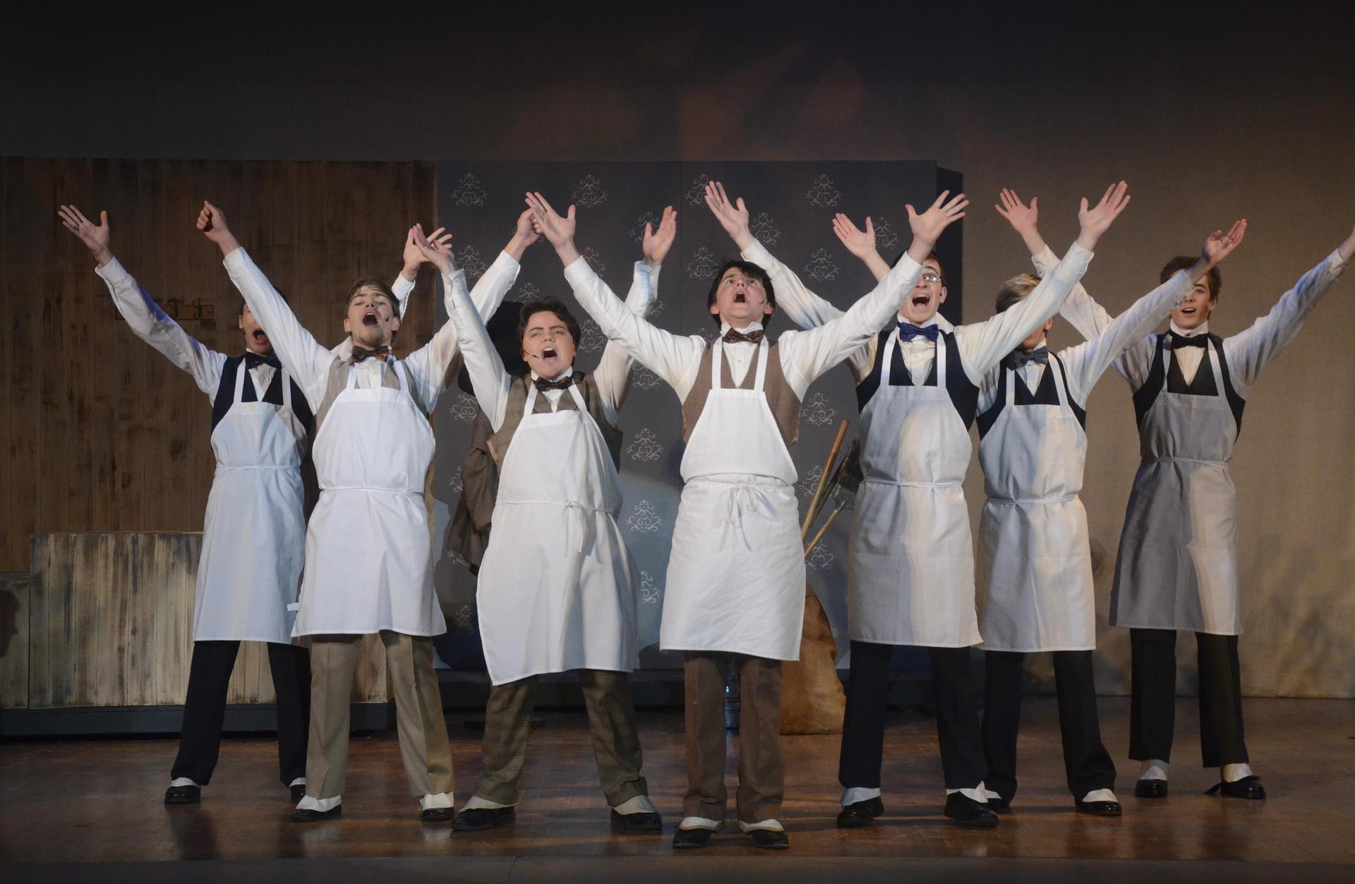 """学生们正在表演""""你好,多莉""""!2019年春季音乐剧在圣佩德罗华纳大剧院上演."""