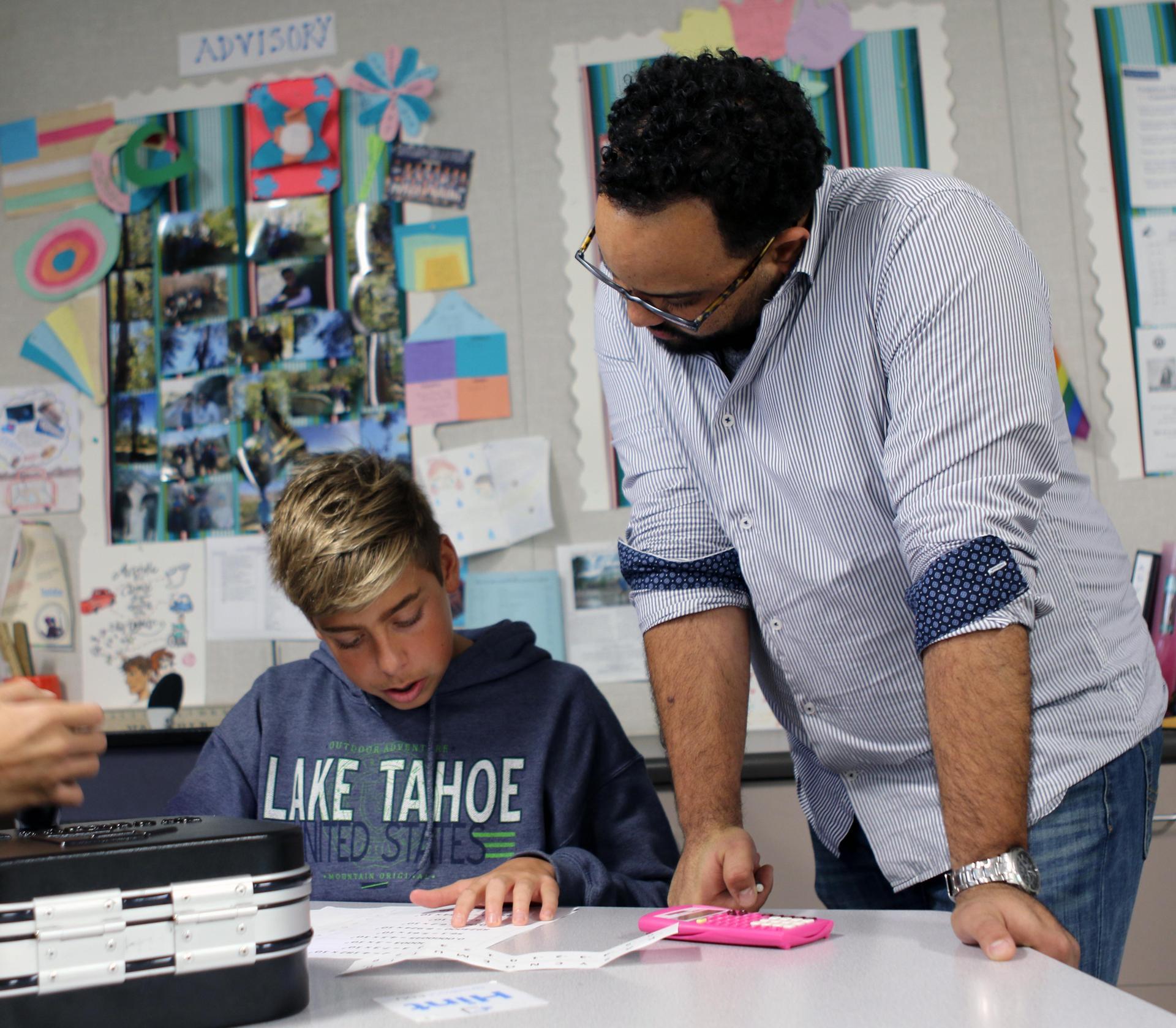 Mr. 布兰切特和他的一个数学学生一起工作.