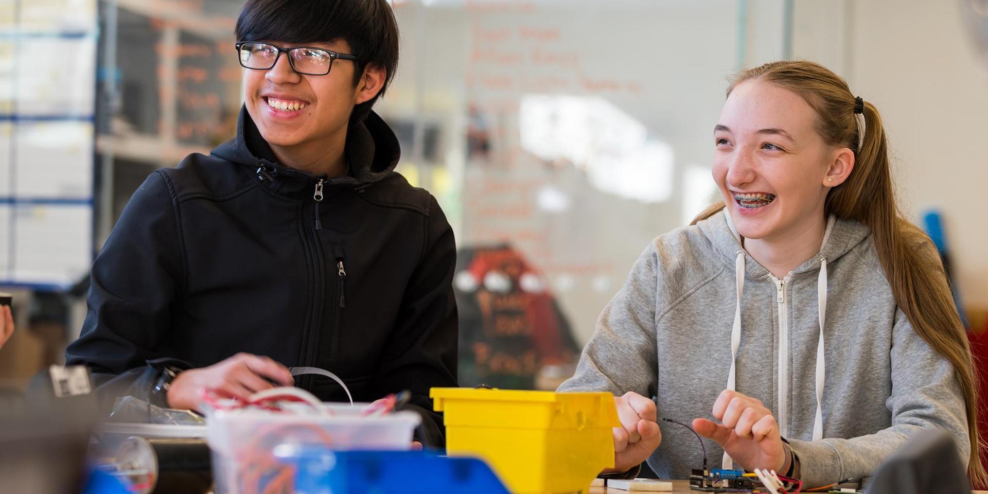 两个学生在I^3实验室摆弄电子设备.