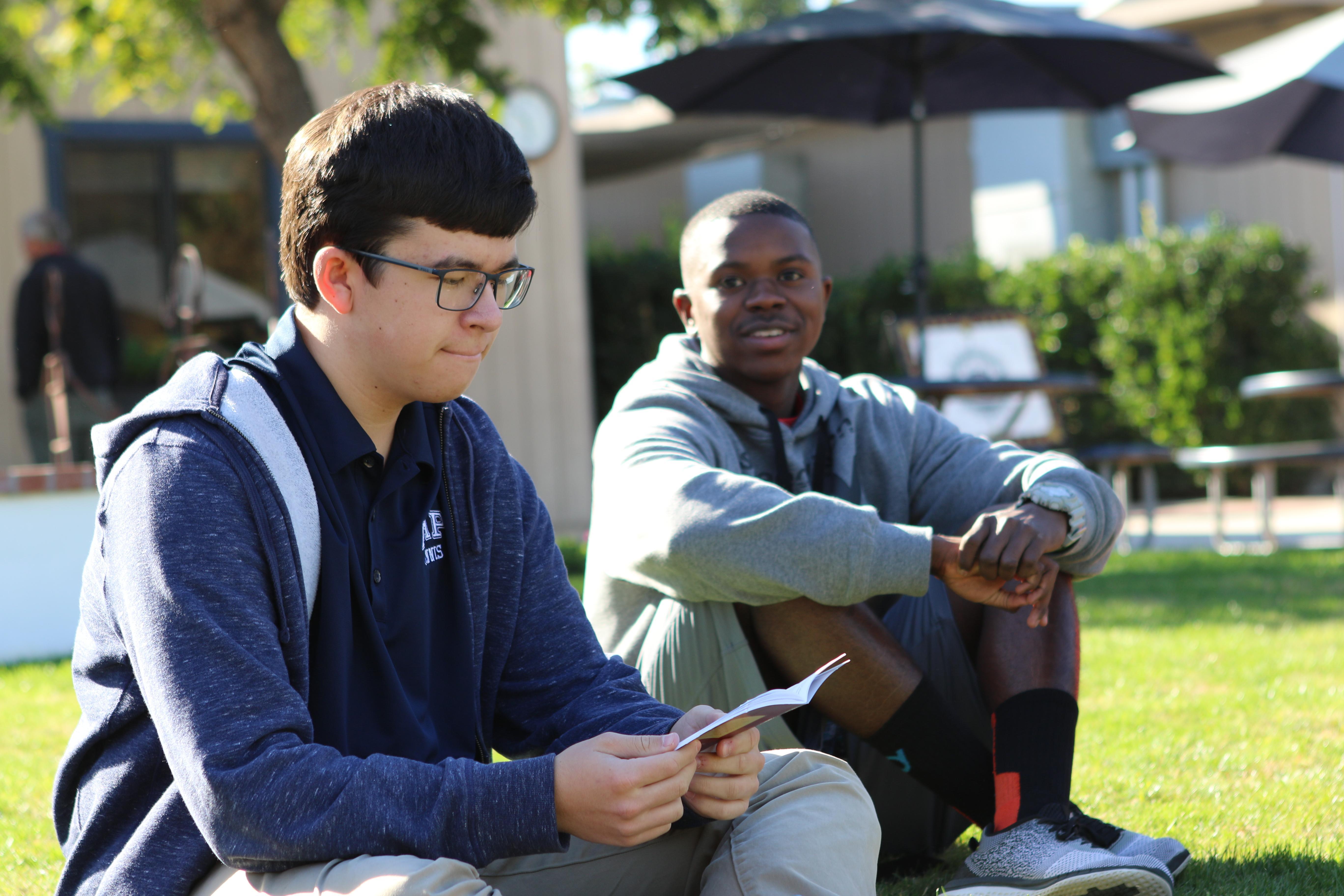 学生在户外阅读