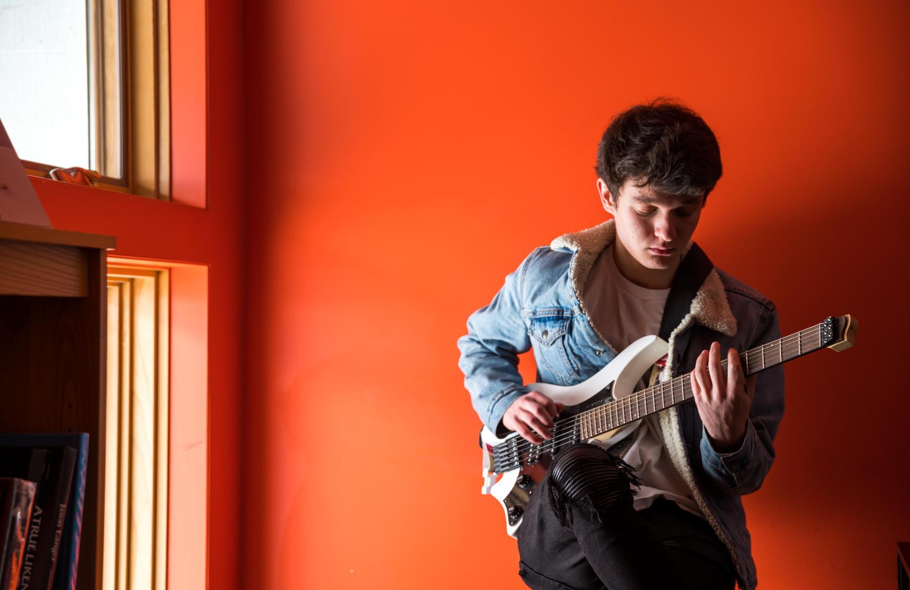 一个学生在弹吉他.