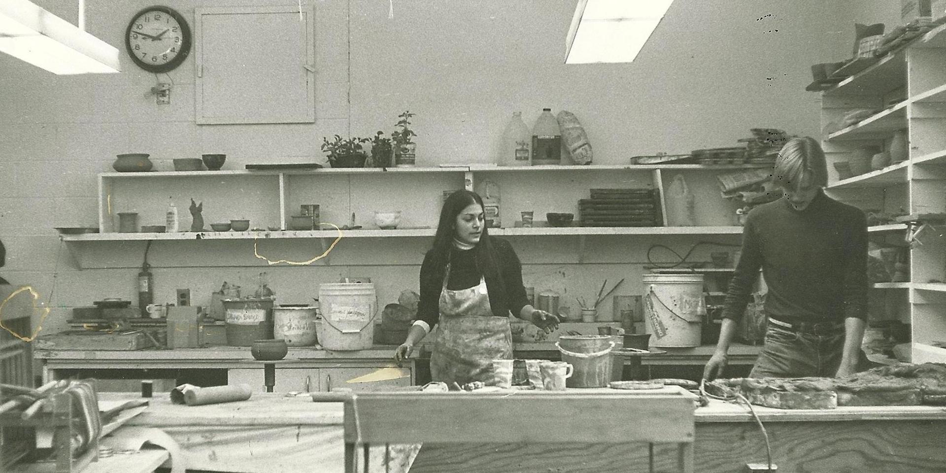 学生们在陶艺室.