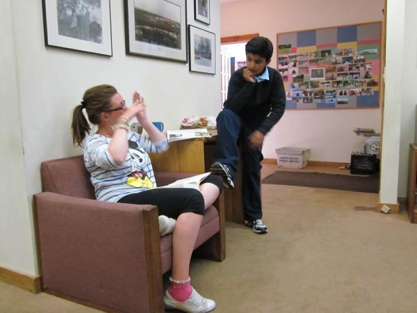HannaAbdulah在阅读室
