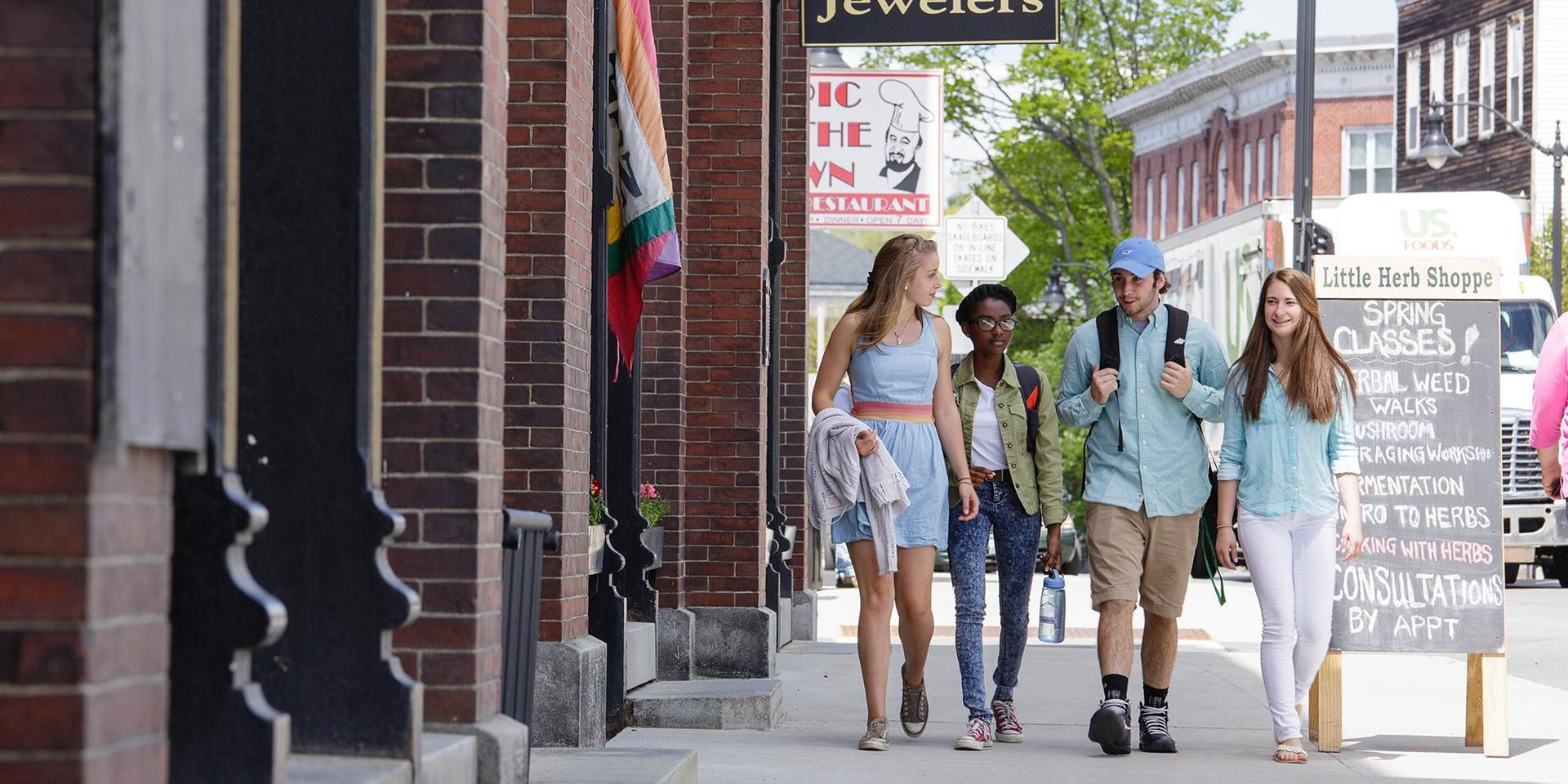 一群学生走在利特尔顿市中心,新罕布什尔州.