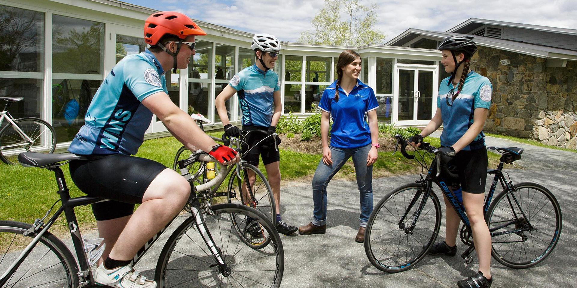 一群骑自行车的人和他们的教练.