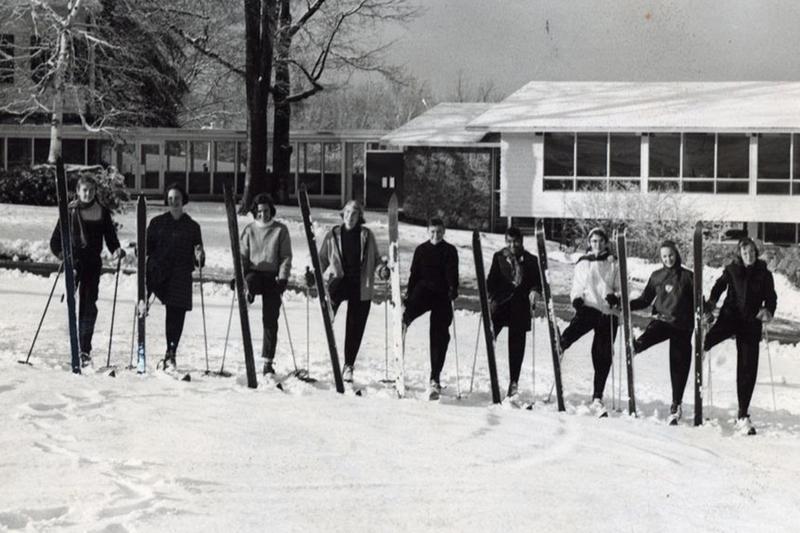 这是学生滑雪者在现在被称为胡德山的古老照片.