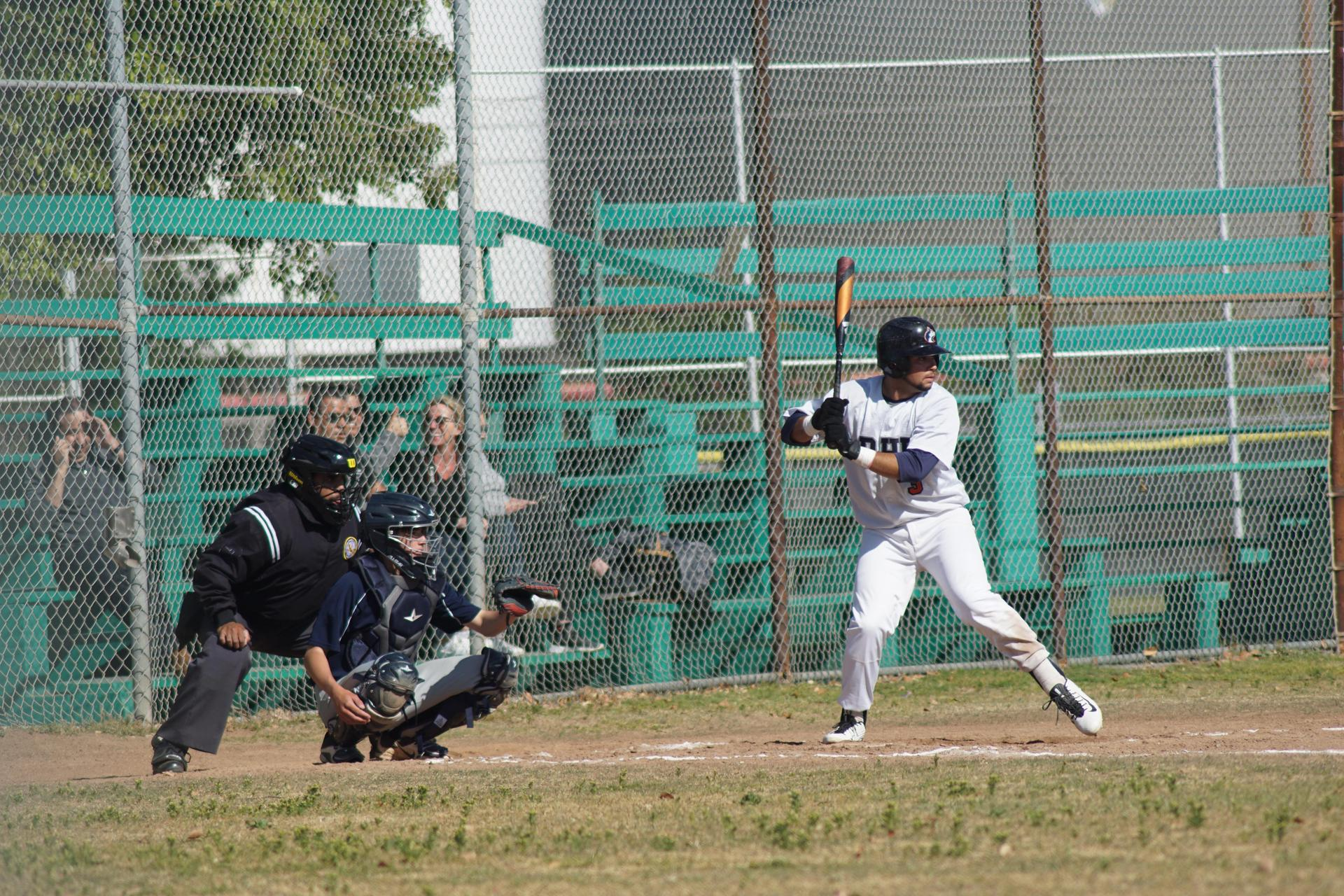 校队男子棒球比赛开始击球.