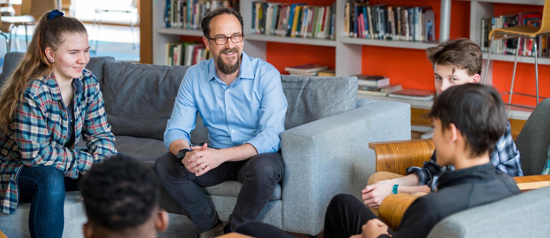 一个顾问和他的顾问小组会面.