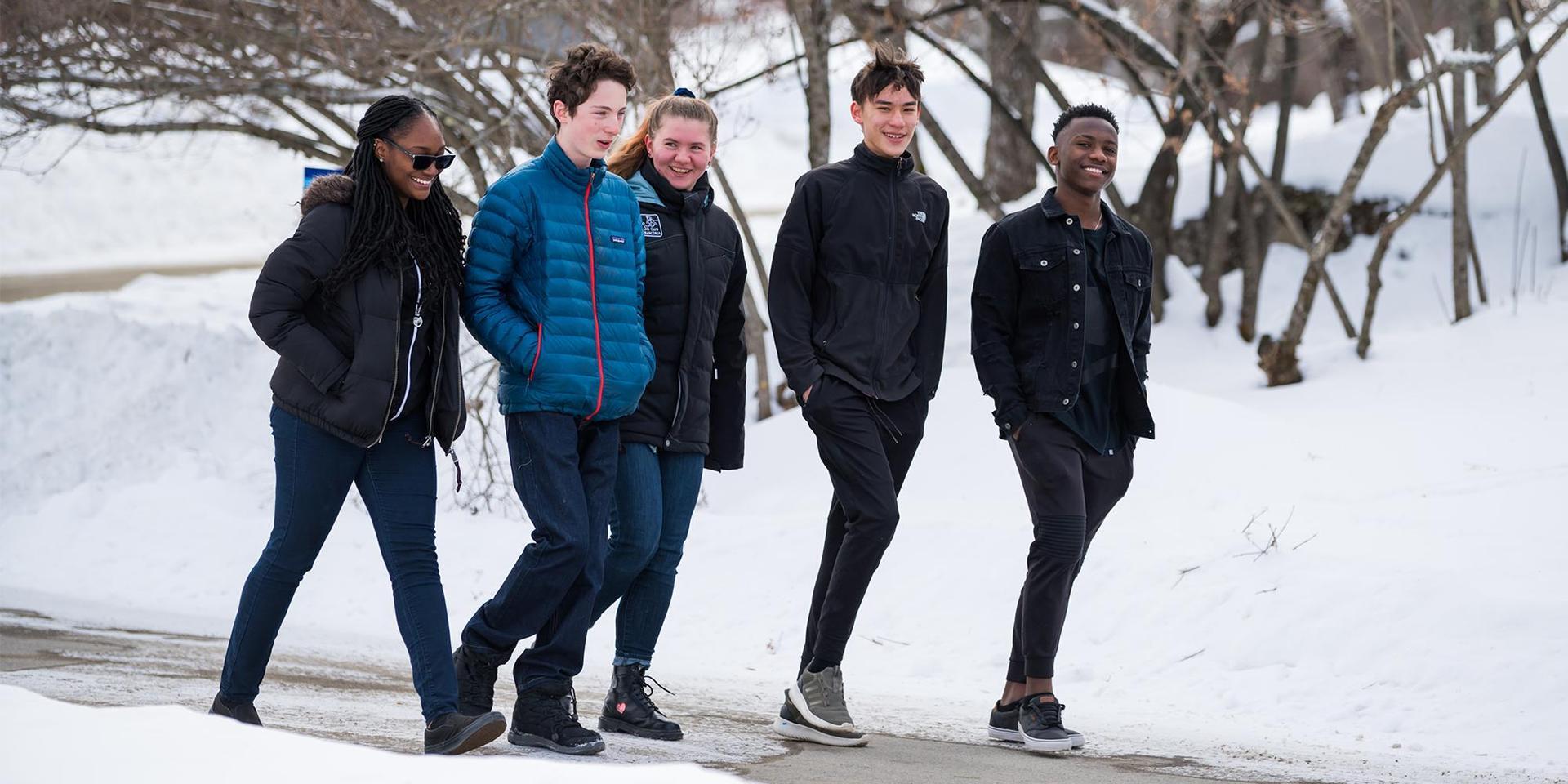 冬天,学生们在库克圈散步.