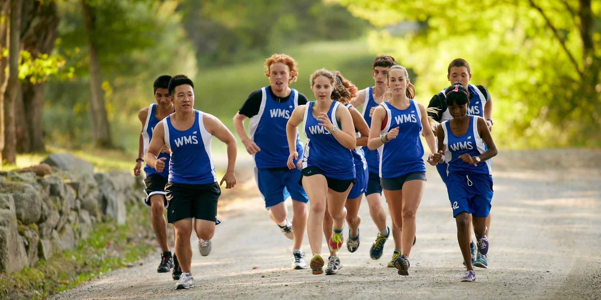 一群在西农场路上练习的越野跑者.