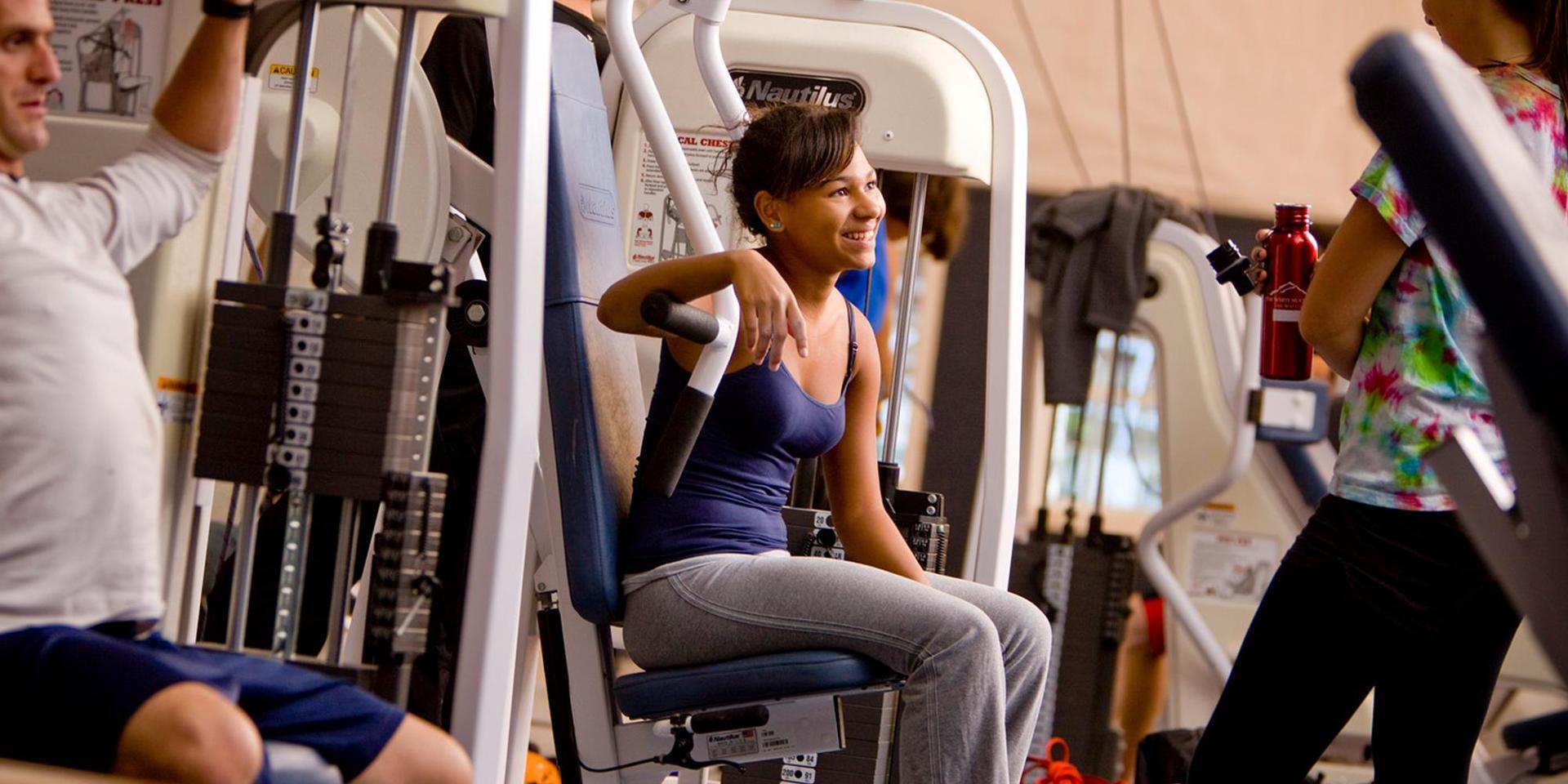 社区成员在健身房使用健身器材.