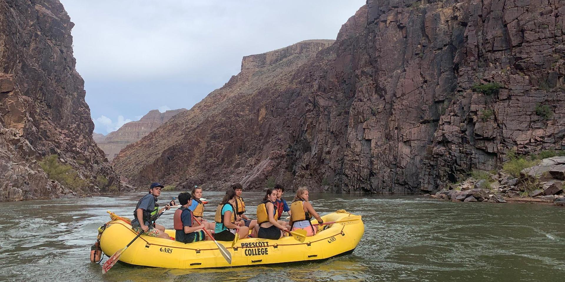 学生们沿着科罗拉多河漂流.