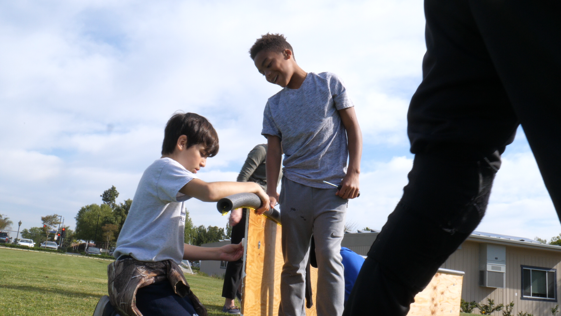 文艺复兴中学的学生在一个建筑项目上合作.