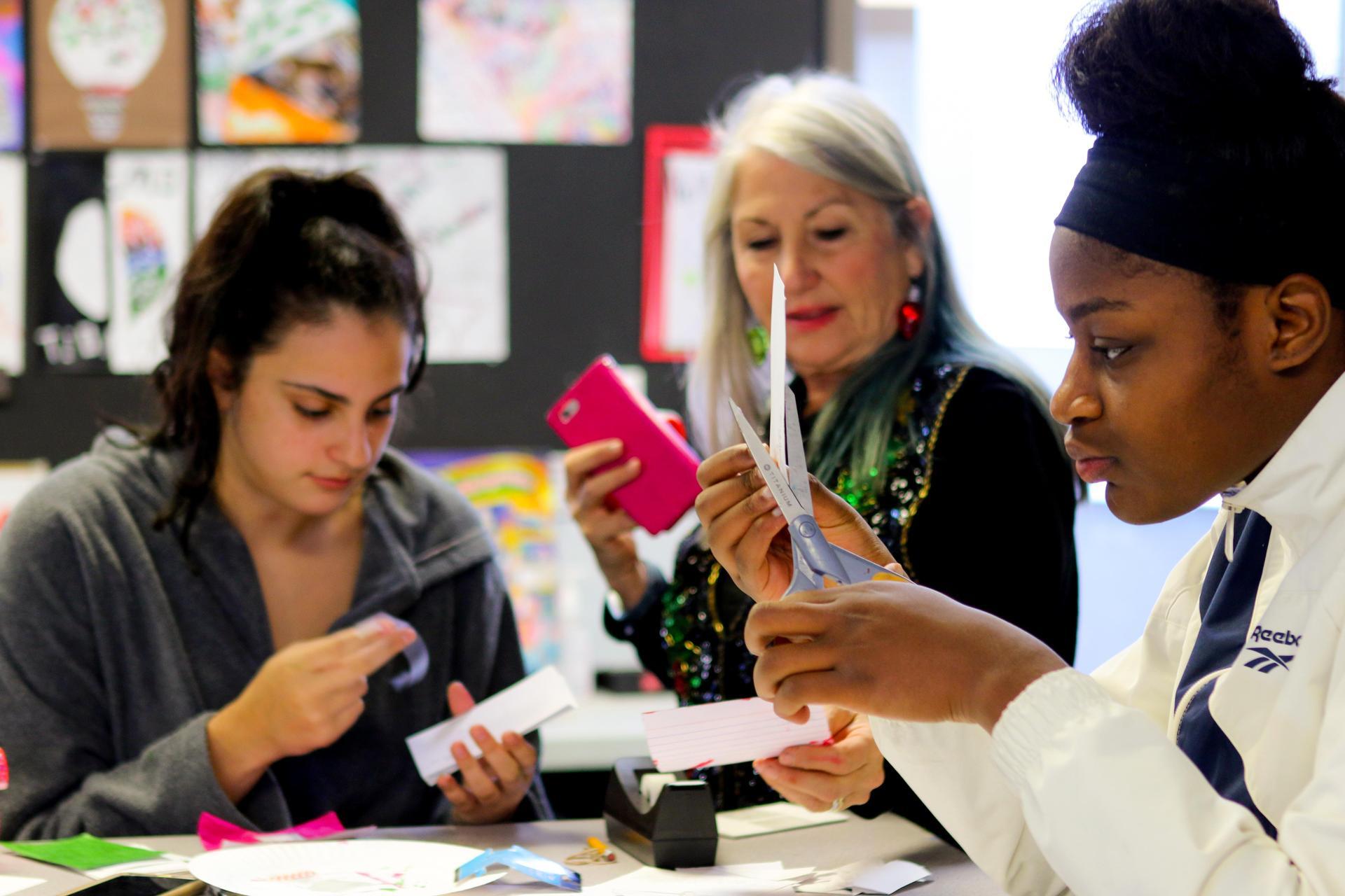 Ms. 鲁道夫和艺术学生一起工作.