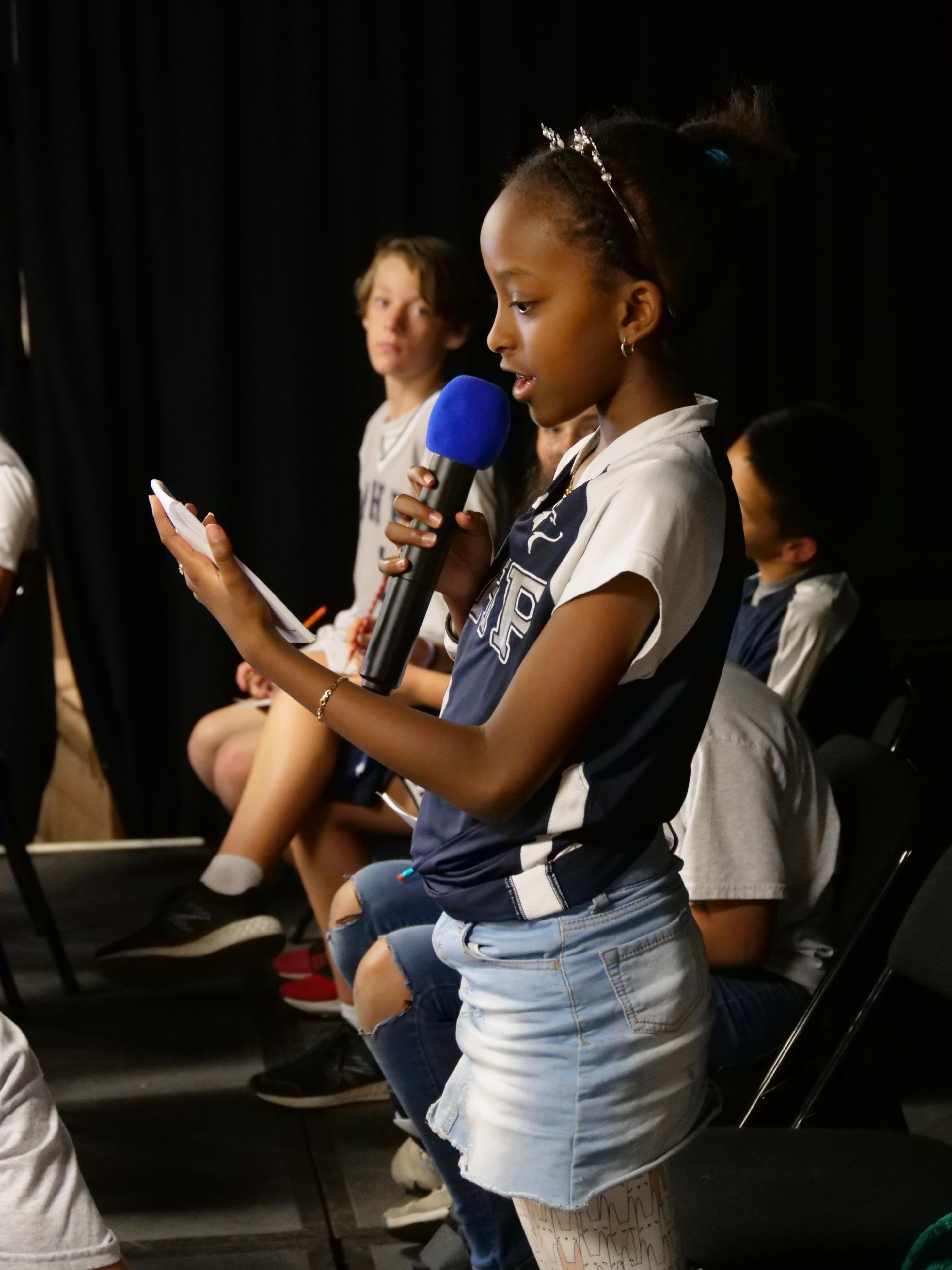学生们在参加中学拼写比赛.