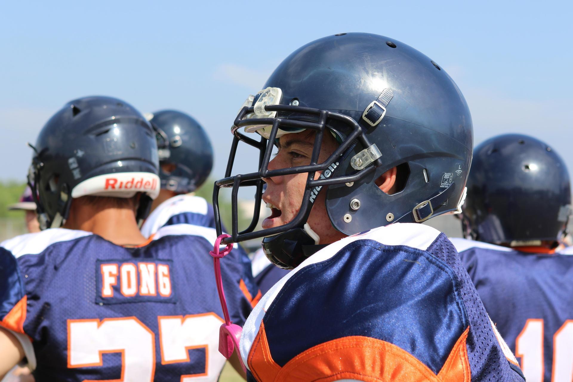 大学橄榄球队队员为队友加油.
