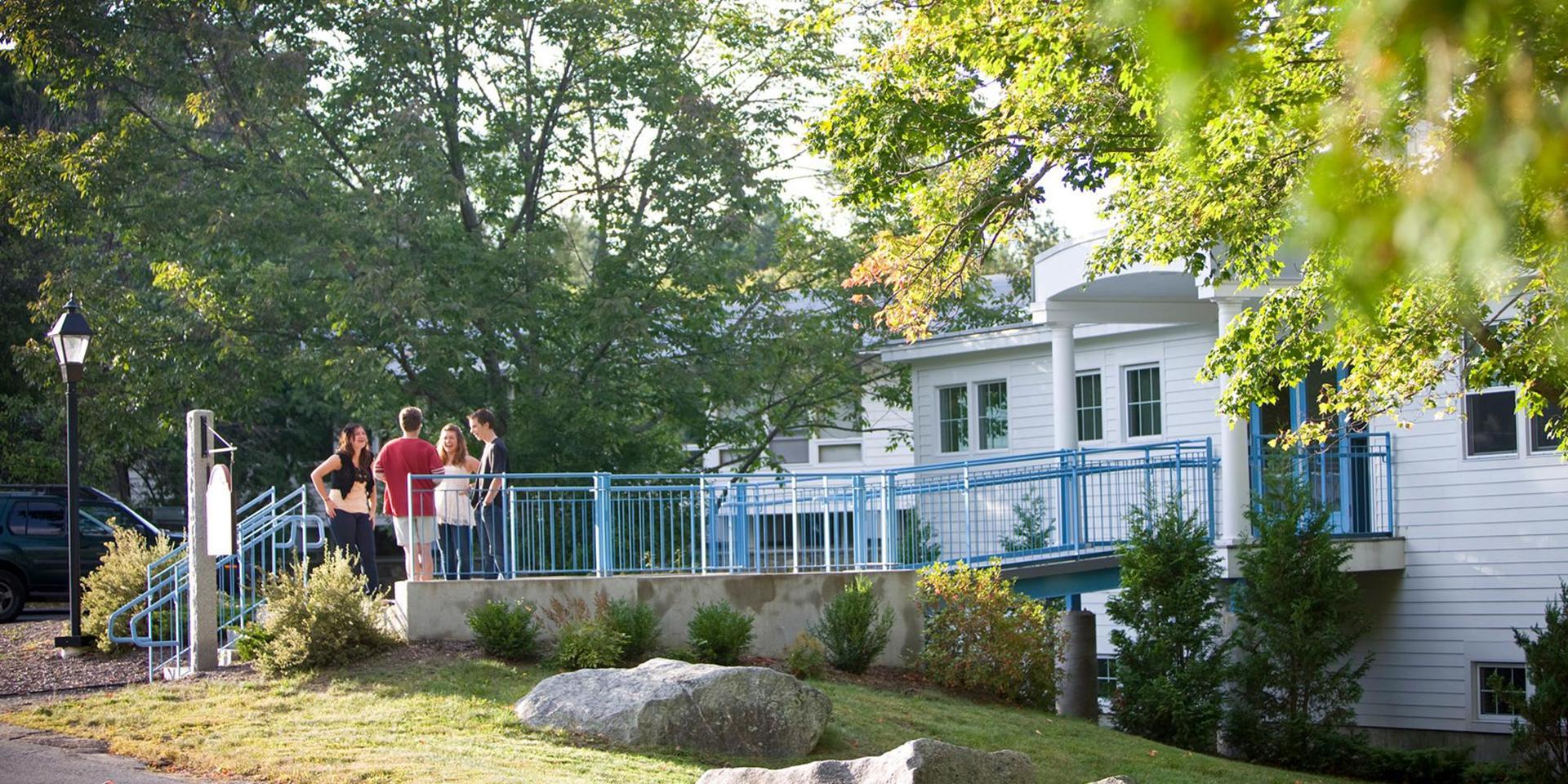 学生们在斯蒂尔科学中心外聊天.