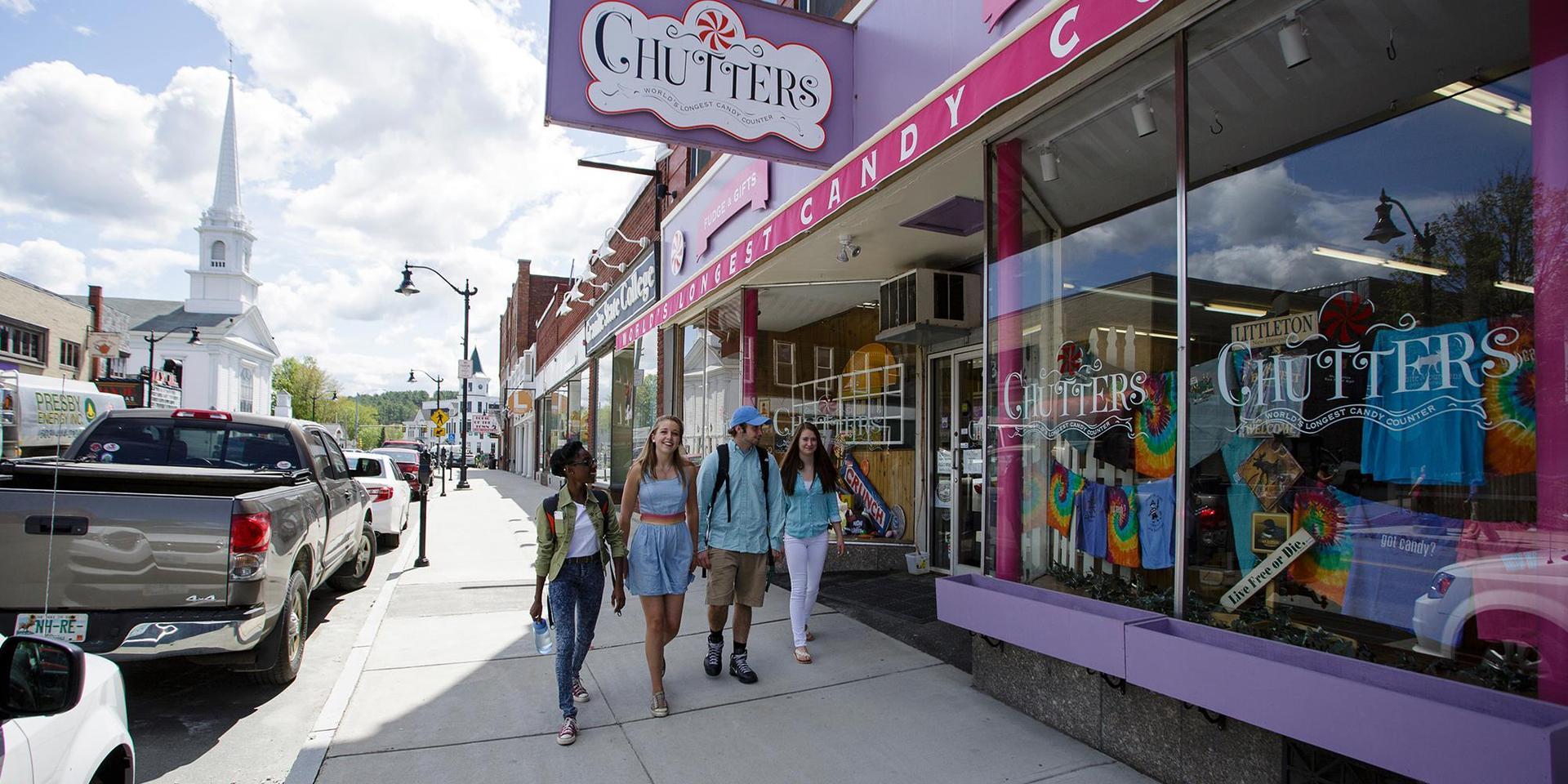 在新罕布什尔州利特尔顿市中心,学生们一群一群地走着.