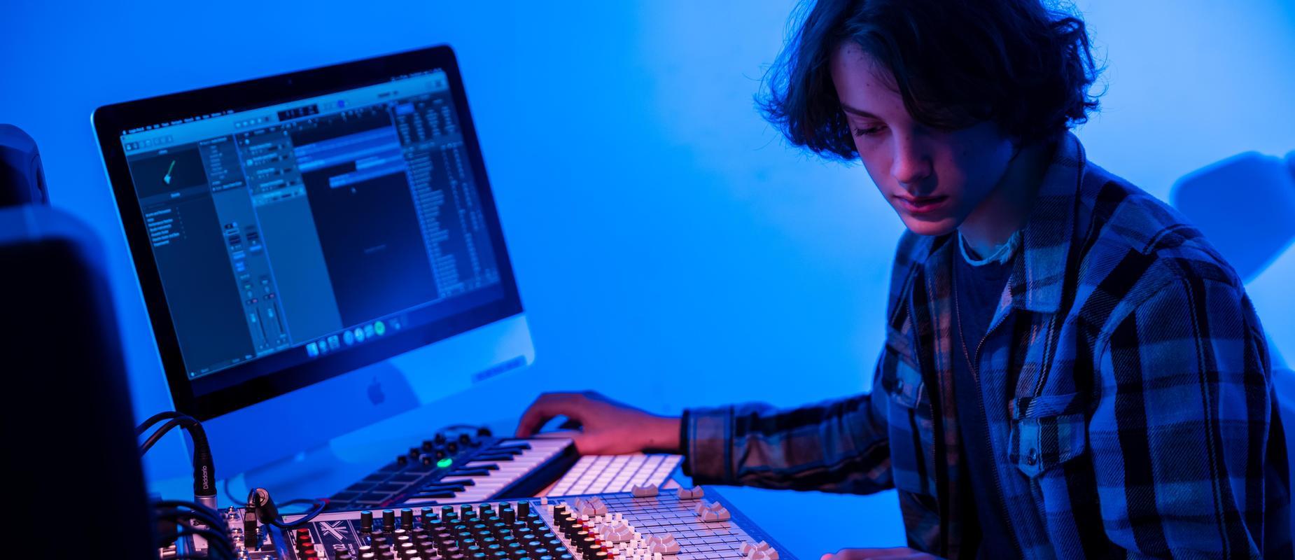 一名学生在JDB电子的数字制作工作室制作音乐.