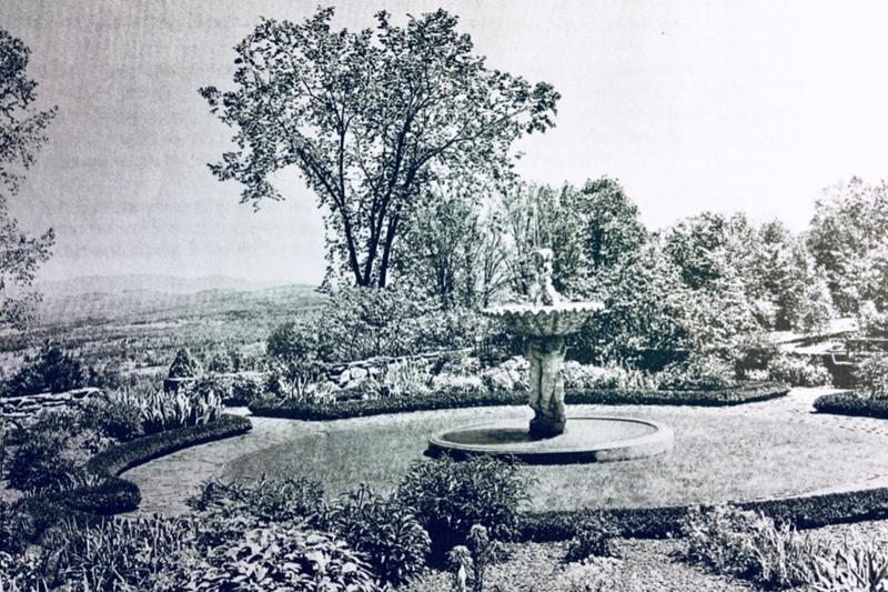 一张正式花园的复古照片.