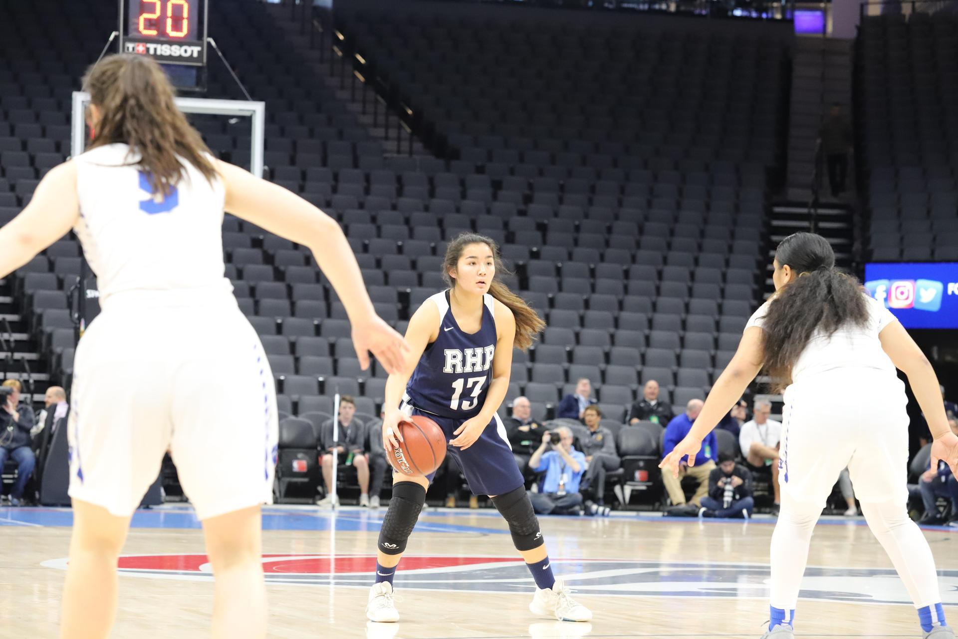 在CIF州锦标赛上的校队女子篮球比赛.