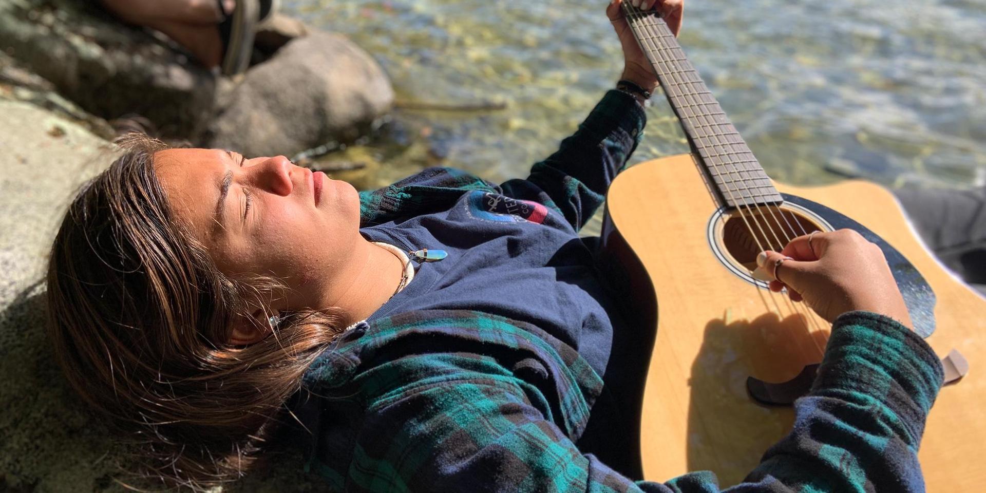 一个学生在冥想演奏音乐.