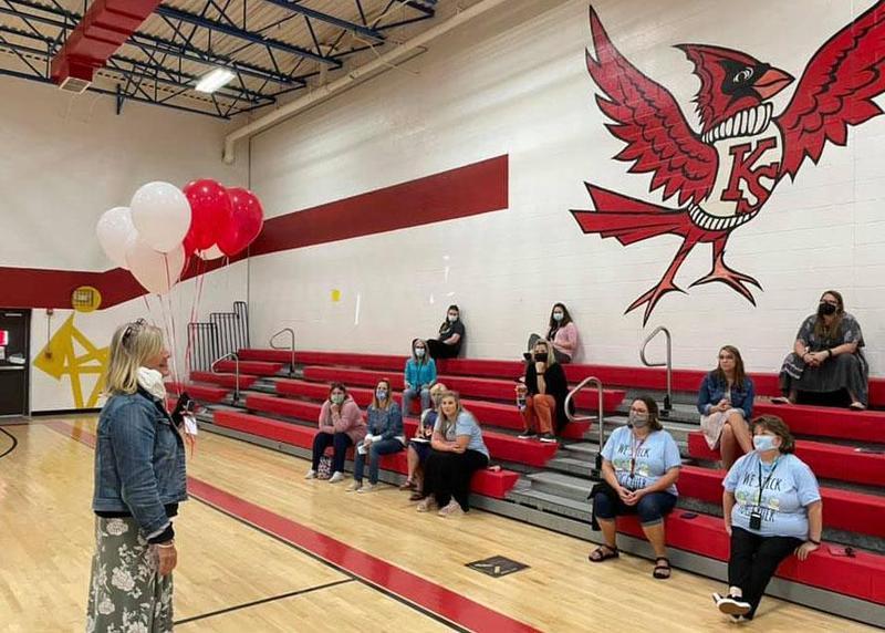 学校总监博士. Cathy Beck向KSES的工作人员宣布,学校被命名为奖励学校.