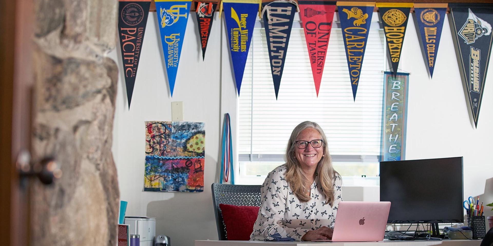 大学咨询主任芭芭拉·巴克利在她的办公室.