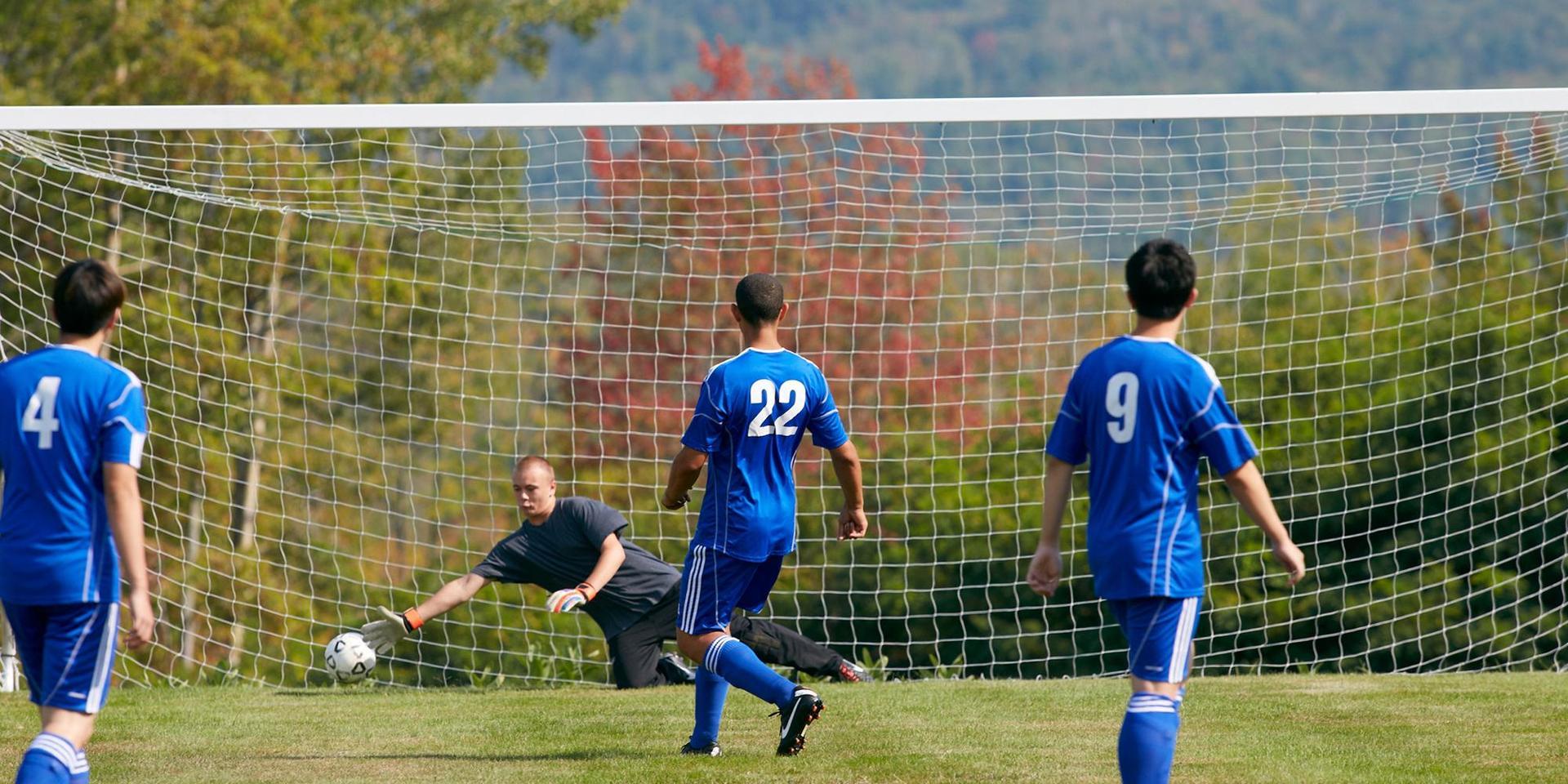 学生们在边缘球场踢足球.