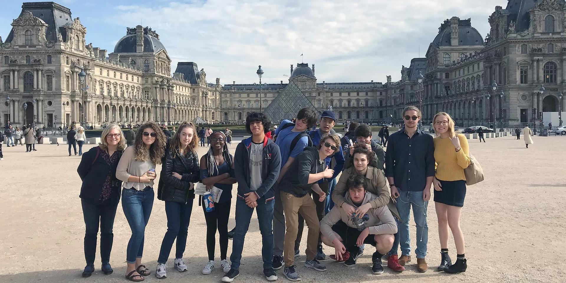 一群学生在法国凡尔赛宫和卢浮宫前上实地课程.