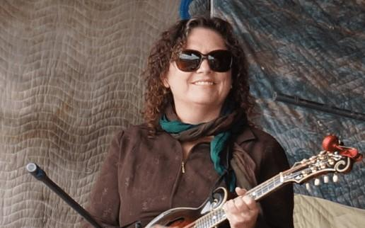 Nina Weisman playing mandolin