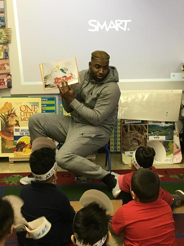 DE-vinny curry, NFL football player reading to children