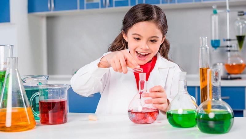 Cómo alentar a las niñas a estudiar carreras científicas y matemáticas: 7 estrategias Featured Photo