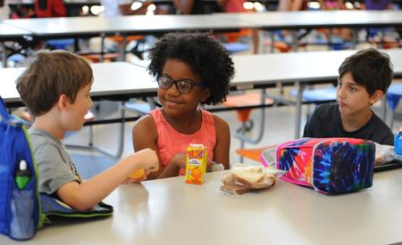 Photo of students eating lunch at GTE