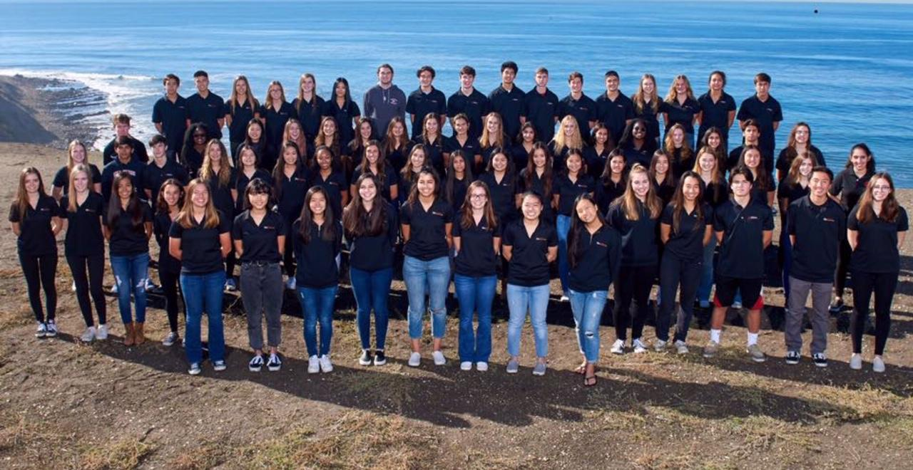 Triton yearbook group photo 2019 students at the beach wearing black shirts and blue jeans