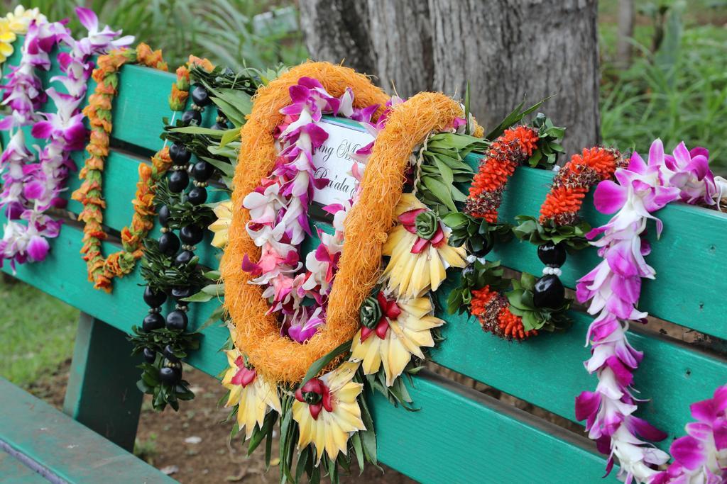lei on Kumu Puaʻs bench