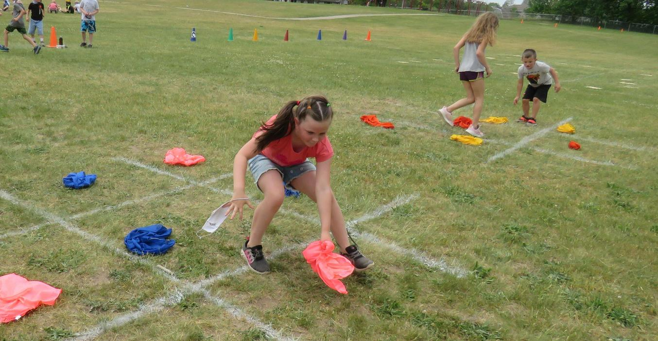 Lee students play a game of tic-tac-toe on the lawn.