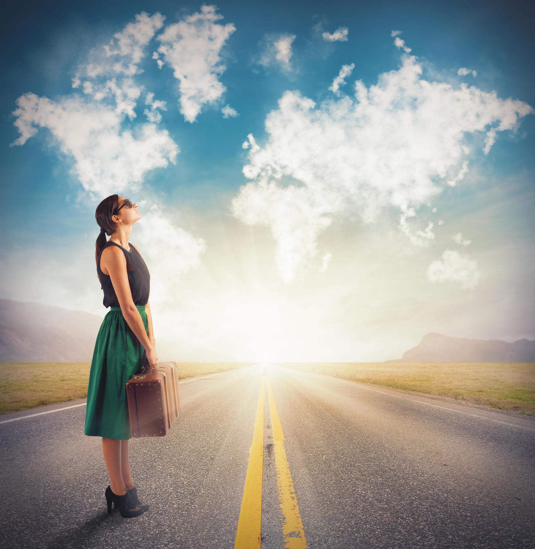 Chica en carretera observando el mundo