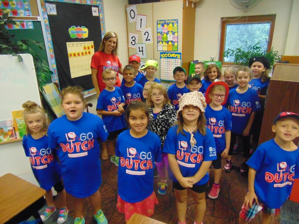 Image of 1st grade class wearing dutch pride shirts