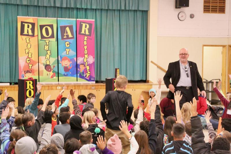 Magician R.O.A.R.'s into Lucerne Valley Elementary Featured Photo