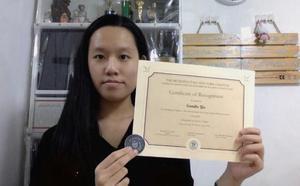 Sumiko accepts award