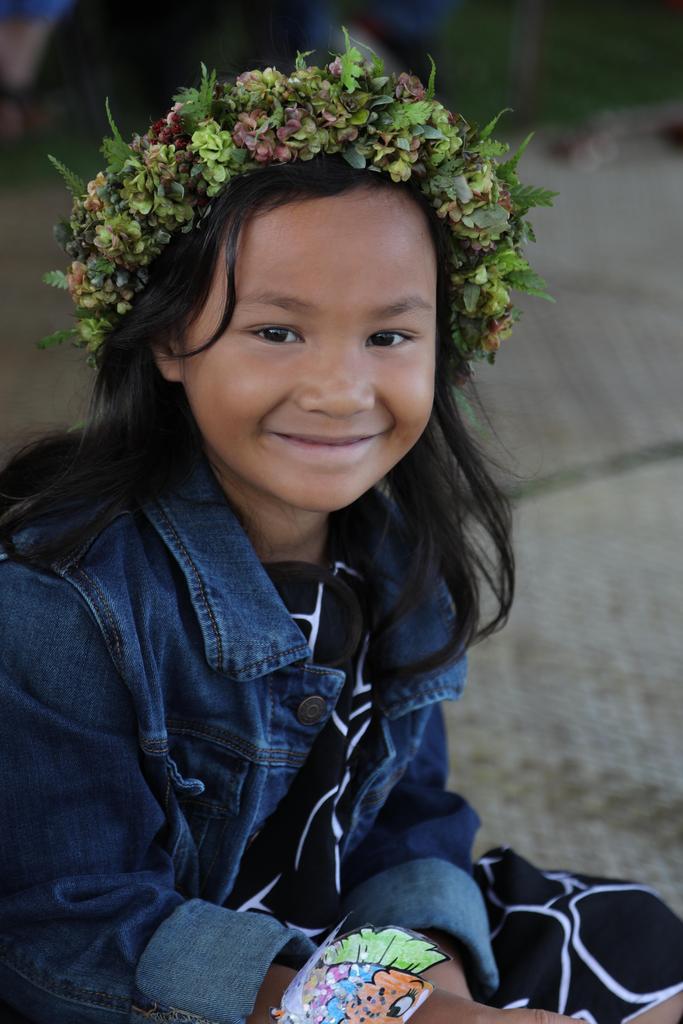 girl wearing lei poʻo