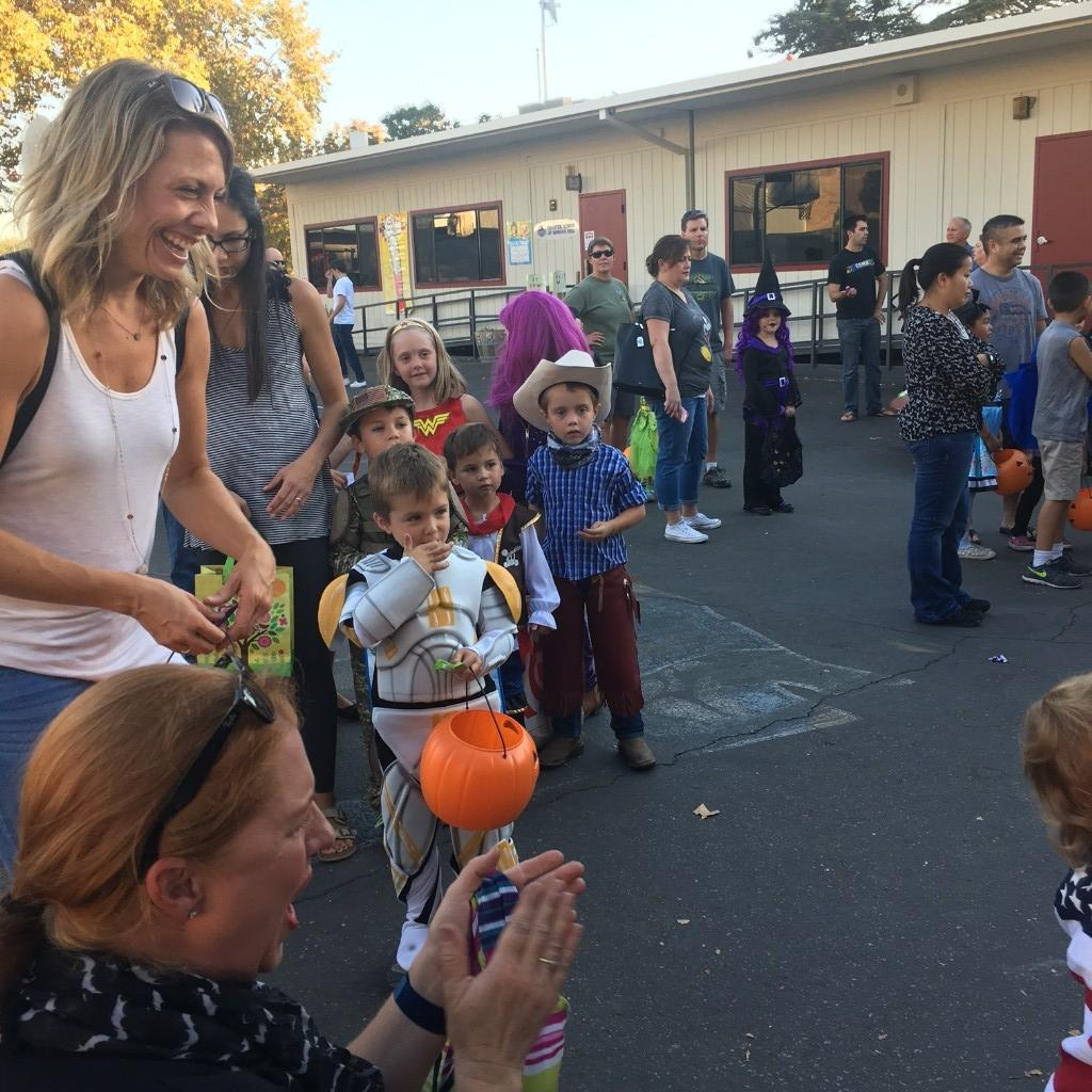 kids at trunk-or-treat