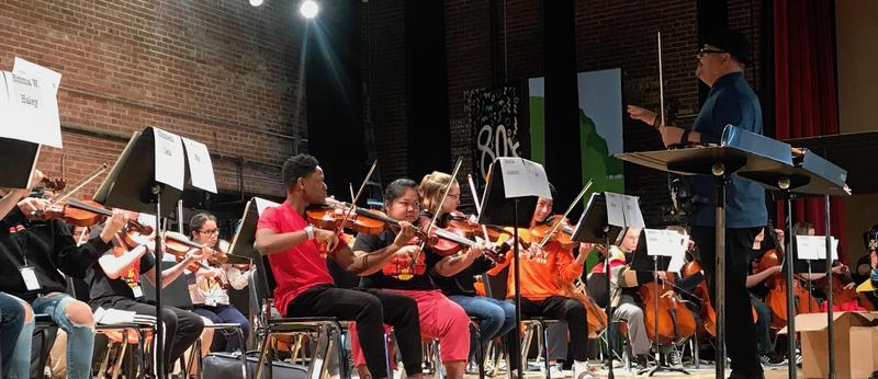 World-renowned Violinist Gives Music Lesson to Rock Island Students Featured Photo